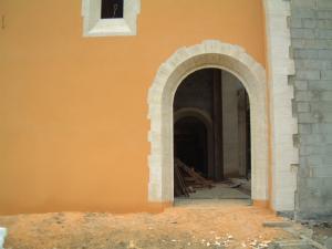 Encadrement d'une église en pierre massive